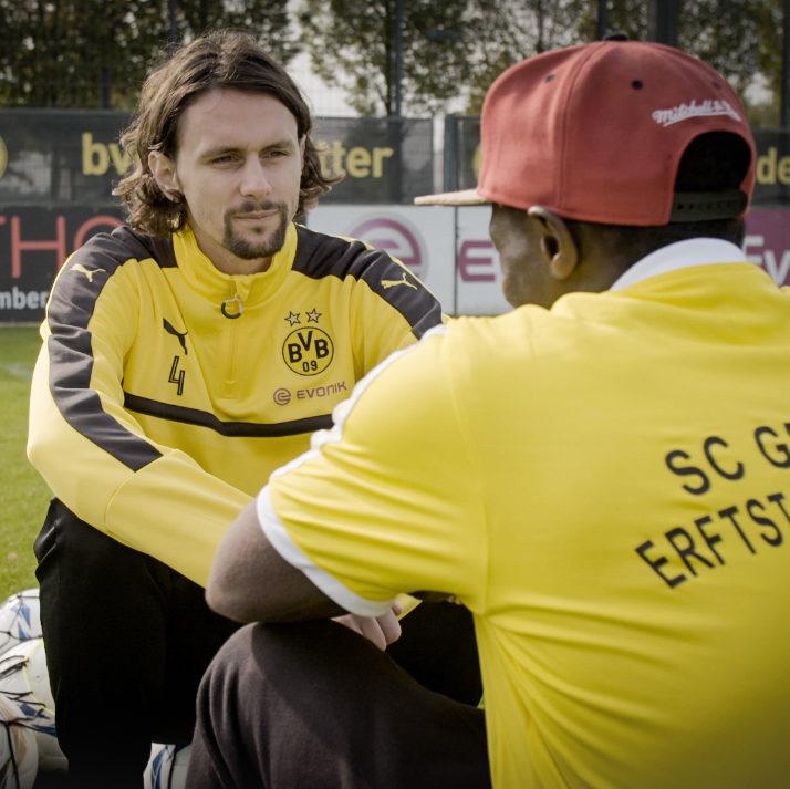 Neven Subotic und Abdullah Youla Daffe unterhielten sich im Herbst 2016 auf dem Trainingsgelände von Borussia Dortmund über Fluchtursachen wie zum Beispiel Krieg und Armut.